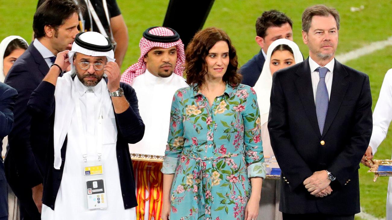 Ayuso, sin velo y remangada en Arabia Saudí