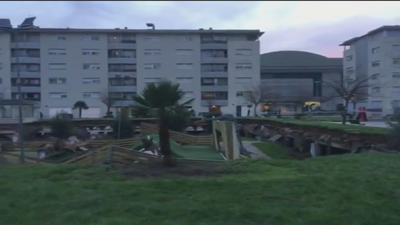 Un parque infantil se hunde sobre el aparcamiento de una urbanización en Santander