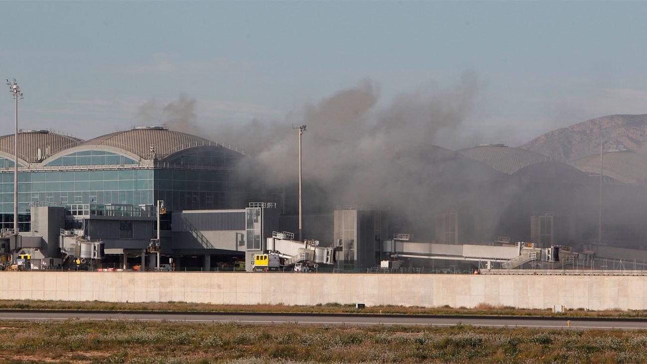 Cuatro vuelos desviados por un incendio en el aeropuerto de Alicante