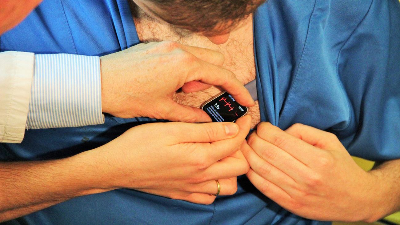 Un cardiólogo del Clínico San Carlos descubre cómo hacer electrocardiogramas con un reloj inteligente