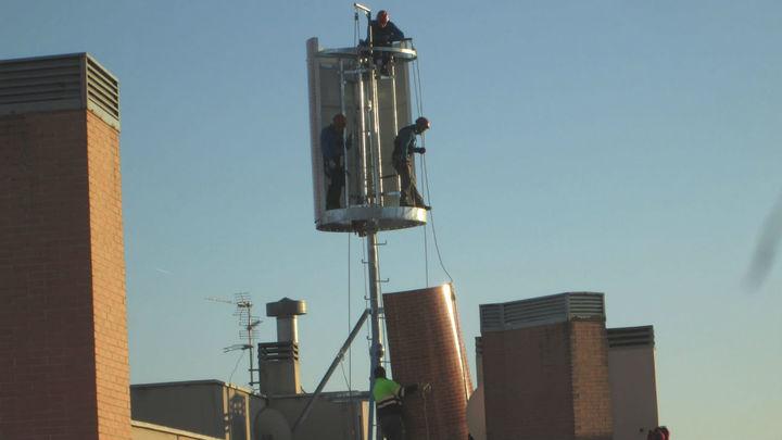 Vecinos de un edificio de Leganés, preocupados por la instalación de dos antenas gigantescas de telefonía