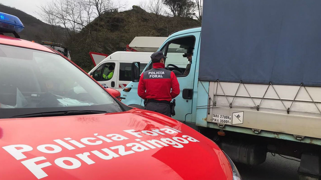 Un camionero madrileño, multado por conducir mientras veía una telenovela en la tablet