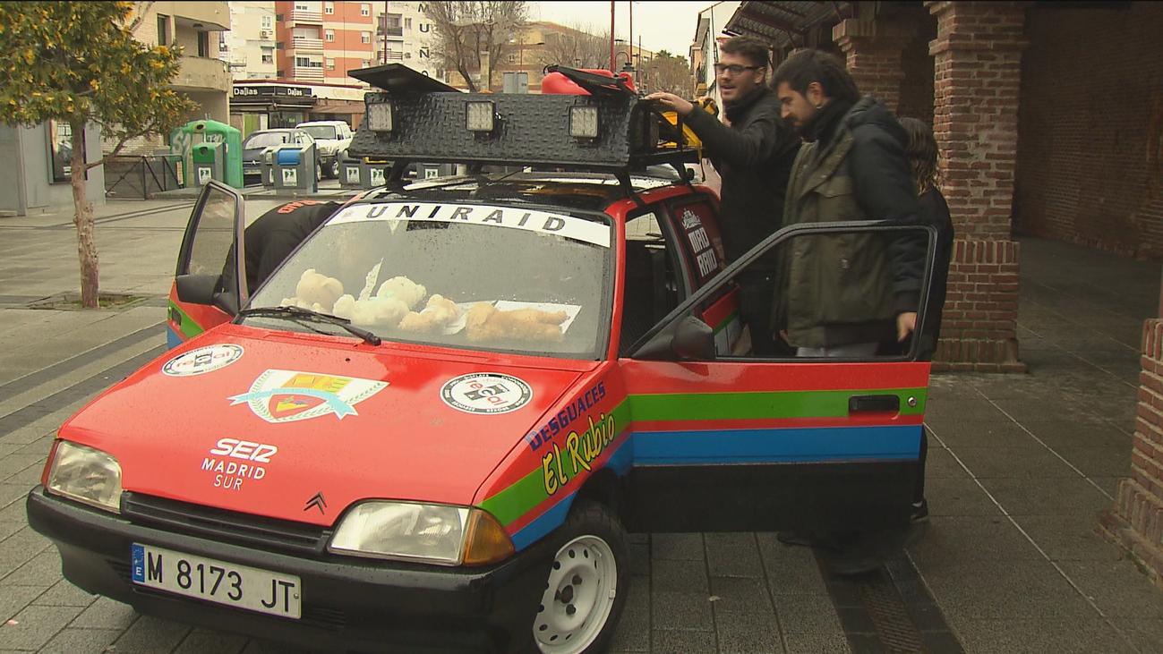Cuatro estudiantes de Parla ultiman su coche para el rally solidario por Marruecos