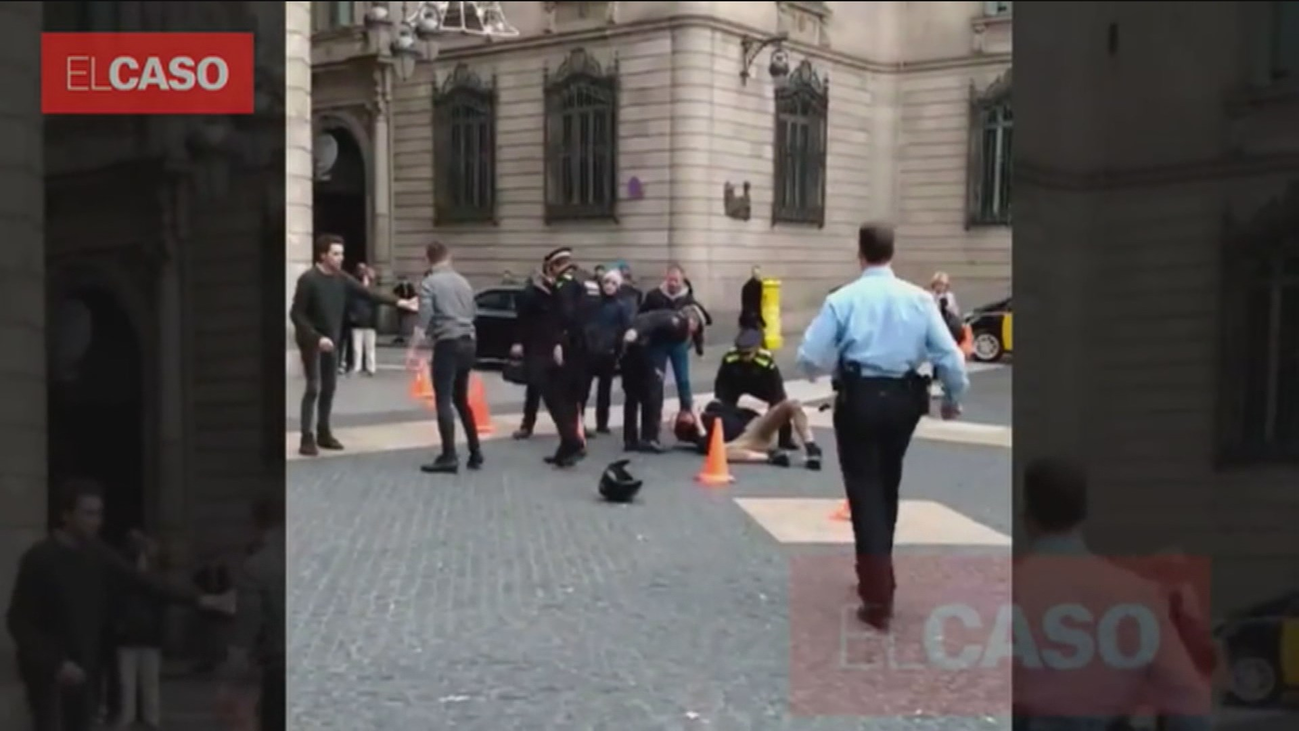 Un funcionario en estado crítico tras ser apuñalado en la plaza de Sant Jaume (Barcelona)