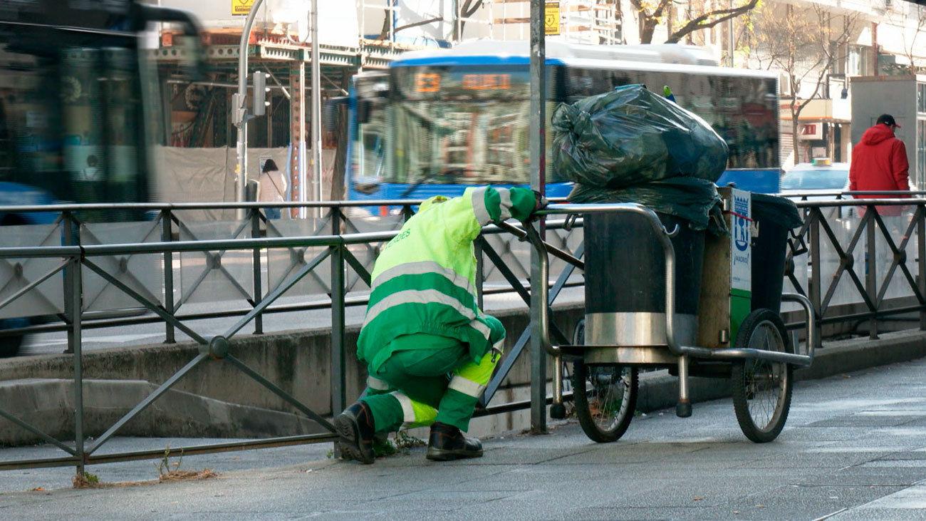 Un trabajador de limpieza urbana de Madrid