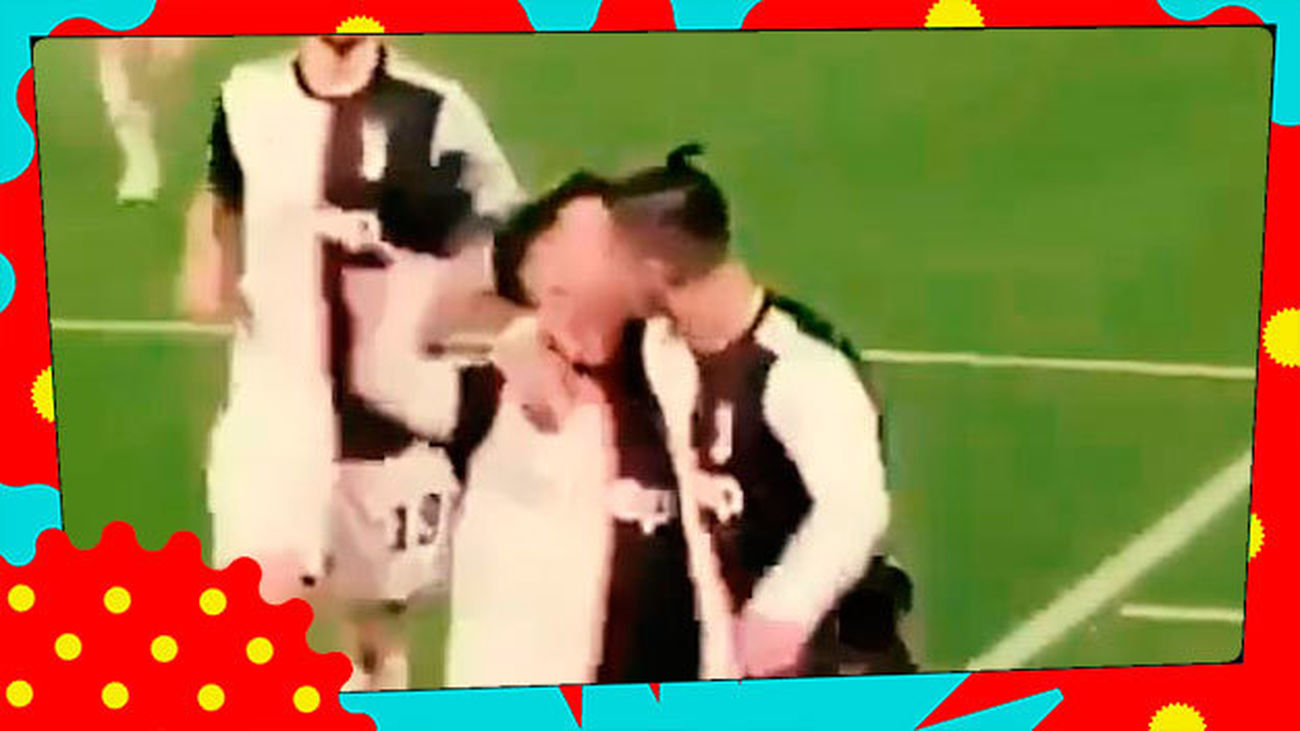 Cristiano Ronaldo celebra su último gol... ¡Besando a un hombre!