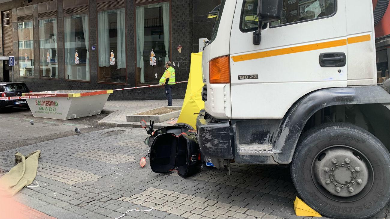 Moto y camión involucrados en el accidente