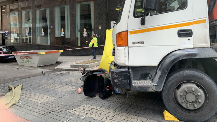 Un motorista de 22 años muere tras impactar con un camión en la calle Bravo Murillo