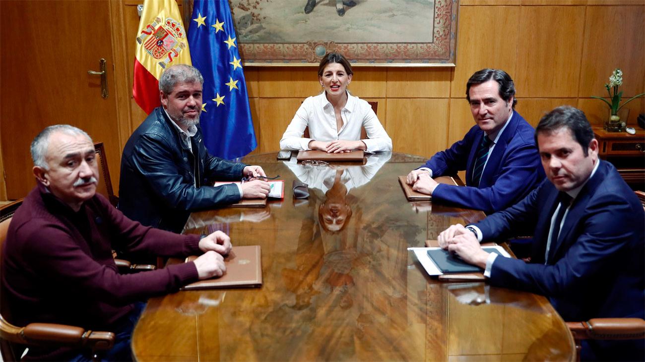Sube el salario mínimo en España y el Gobierno confirma que derogará la reforma laboral
