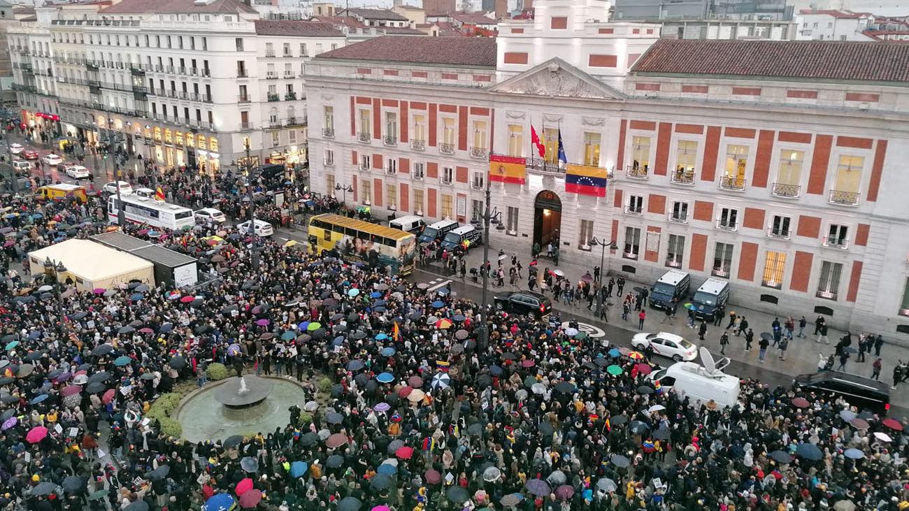 """Miles de venezolanos reciben a Juan Guaidó en Sol al grito de """"libertad"""""""