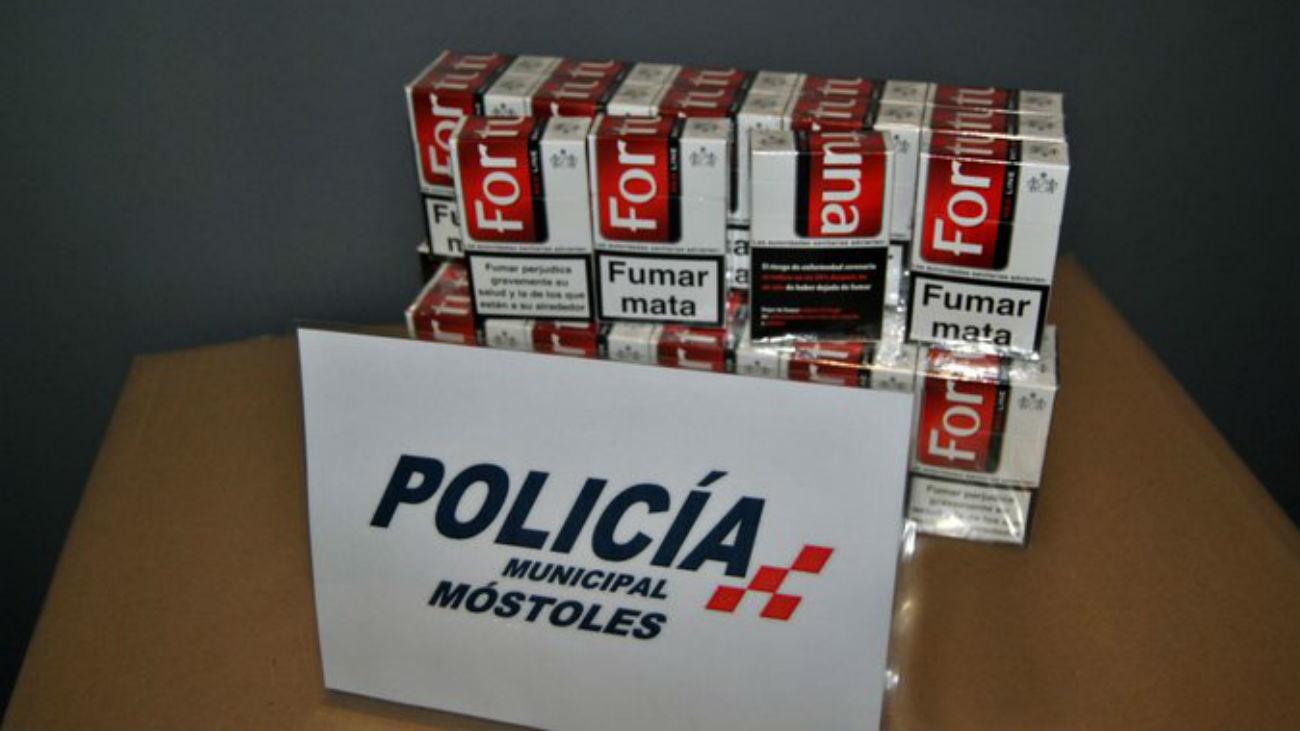 La Policía de Móstoles impide la venta de tabaco a menores junto un colegio
