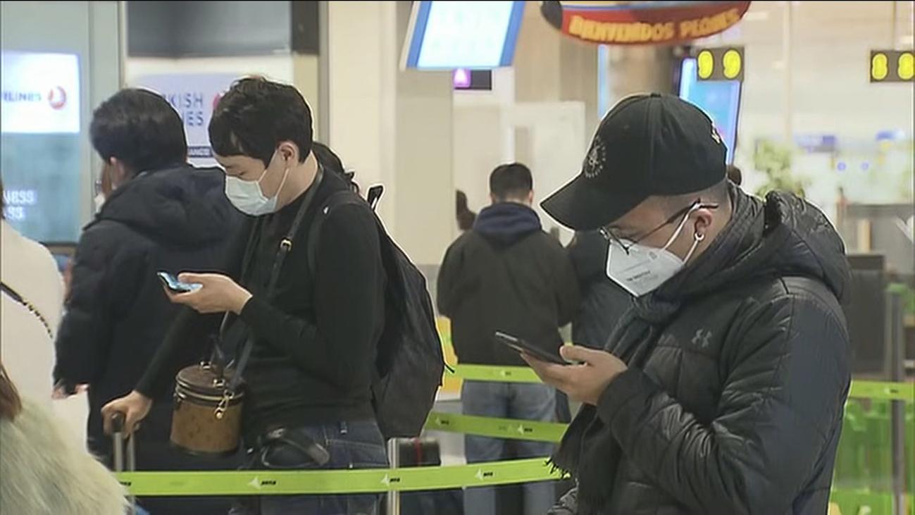 Mascarillas contra el coronavirus chino en el aeropuerto de Barajas