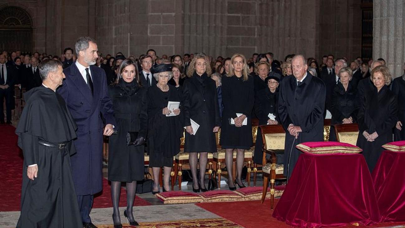 Felipe VI y la reina Letizia asisten con los reyes eméritos al funeral por Pilar de Borbón