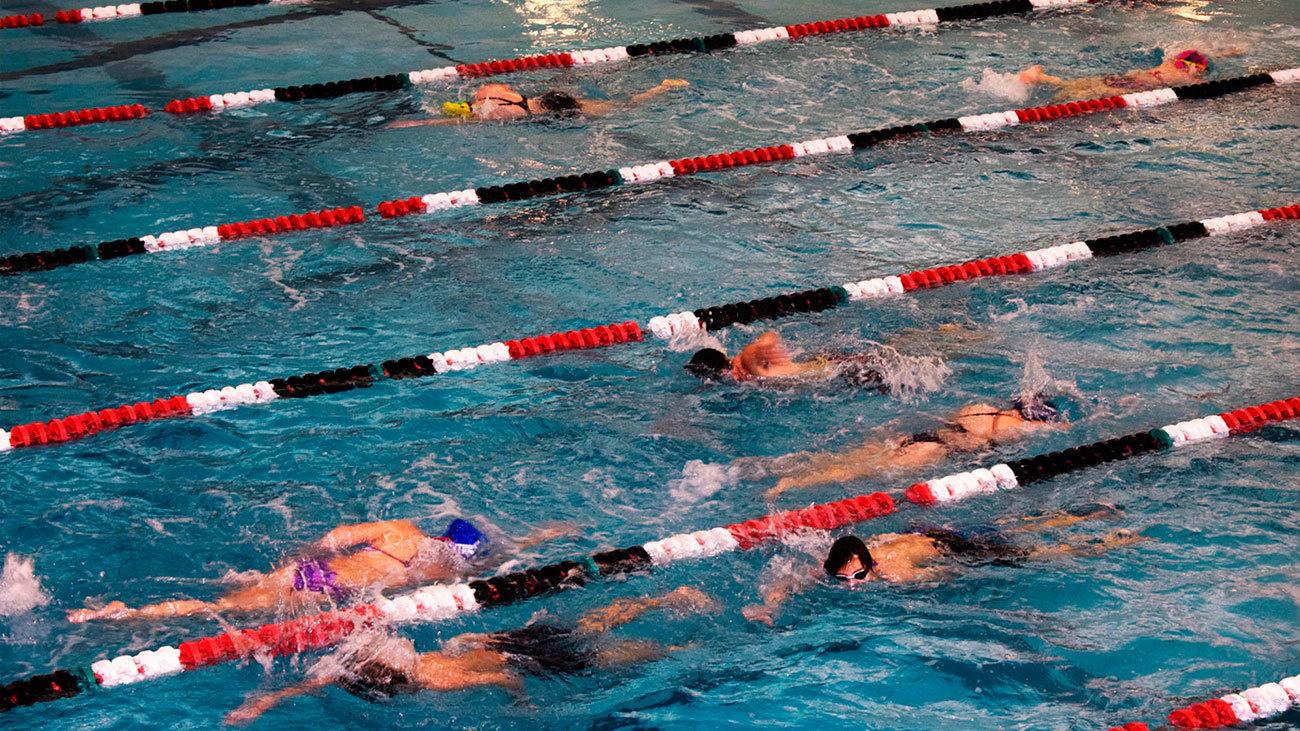 Clase de natación en un polideportivo municipal