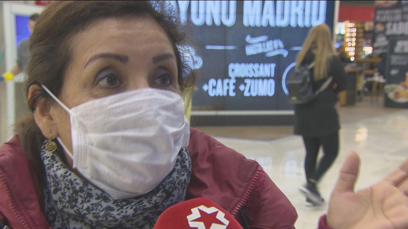 Una mujer con mascarilla en Barajas