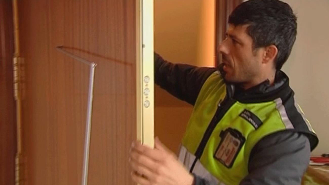 La Policía de Boadilla alerta de robos  en casas colando una herramienta por la mirilla de la puerta