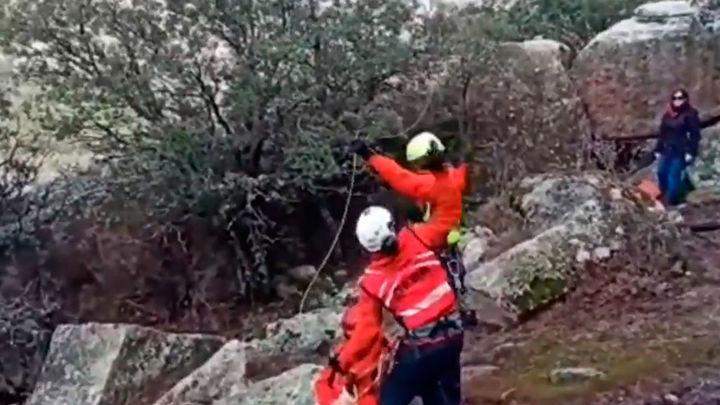 Un helicóptero rescata a dos excursionistas en La Pedriza