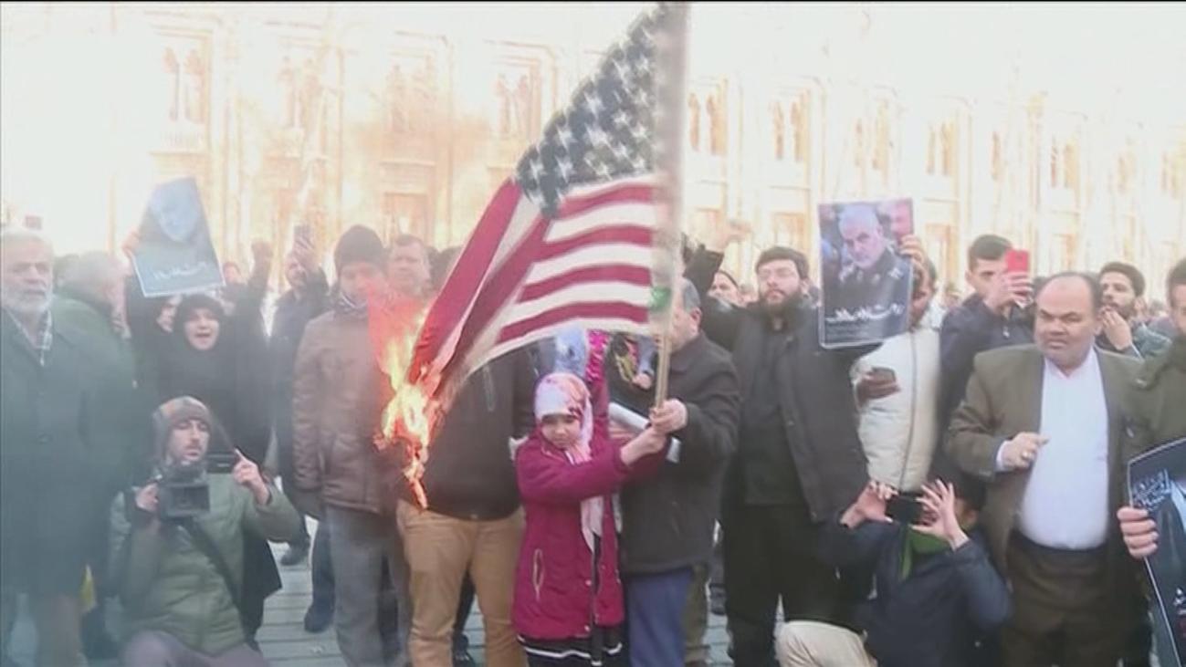 Un empresario iraní fabrica banderas de EE.UU e Israel para que los manifestantes las quemen