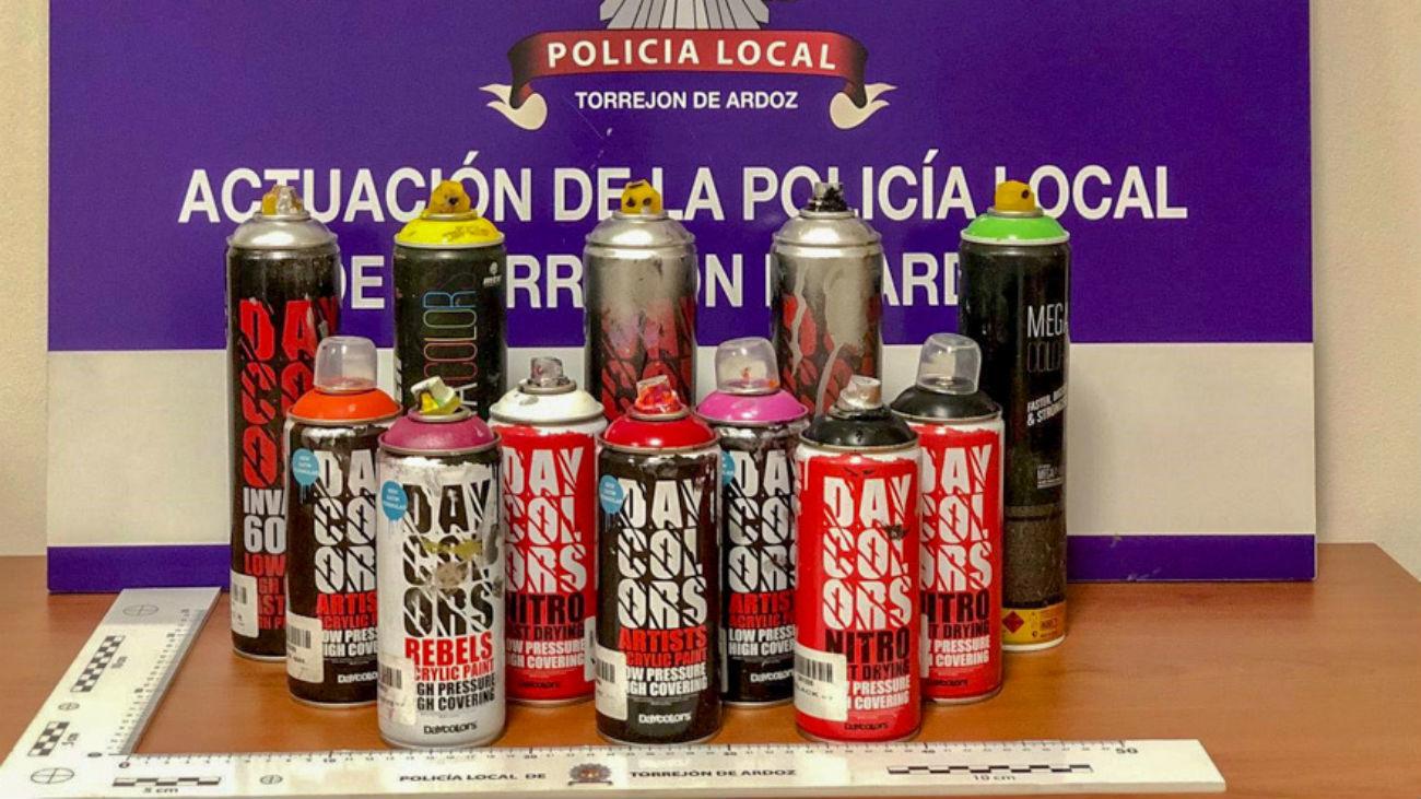 Botes de pintura requisados por la Policía Local de Torrejón