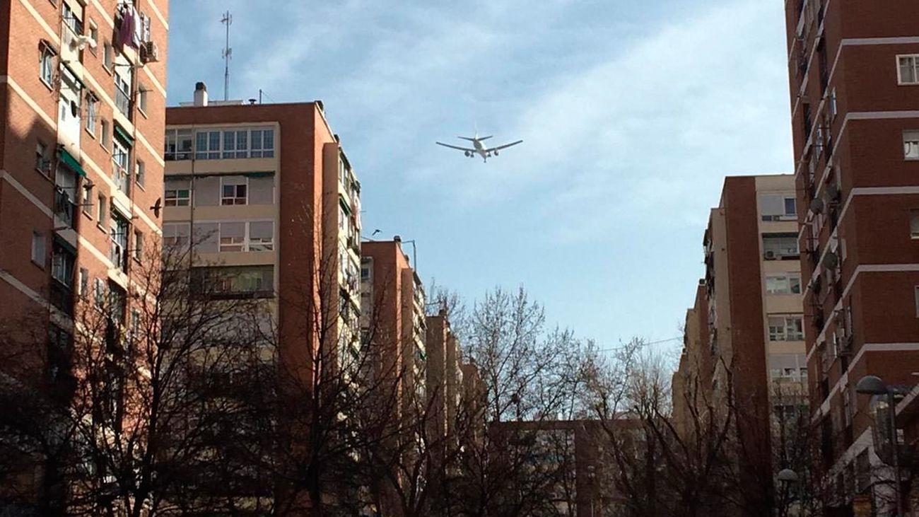 Los madrileños sorprendidos por el sobrevuelo del avión averiado