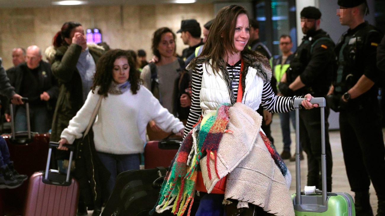 Los pasajeros del avión de Air Canada se reúnen con sus familiares en Barajas