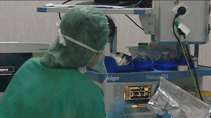 Sanidad suspende los permisos para que profesionales sanitarios madrileños vayan a cursos o congresos