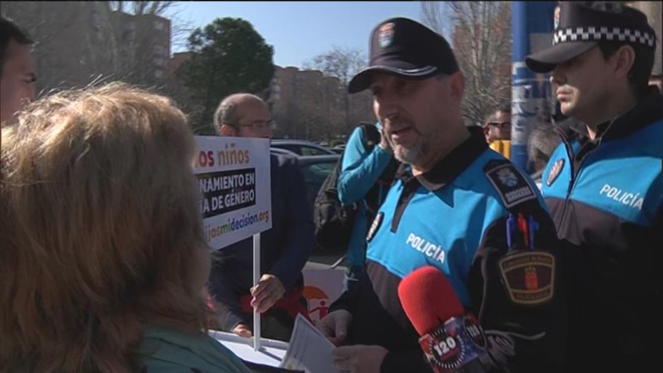 Tensión en un colegio de Leganés por la intención de Hazte Oír de repartir folletos sobre el  pin parental