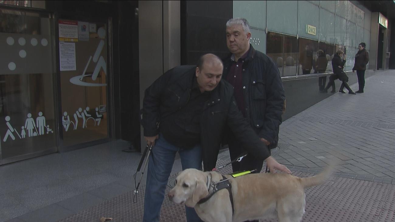 Dos hombres ciegos buscan al taxista de Madrid que se fue con sus guitarras