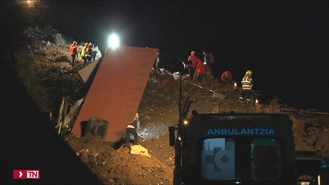 Buscan a 2 personas en Zaldibar (Vizcaya) tras un desprendimiento junto a la AP-8