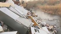 Escombros, plásticos y basura convierten el cauce del río Guadarrama en un vertedero