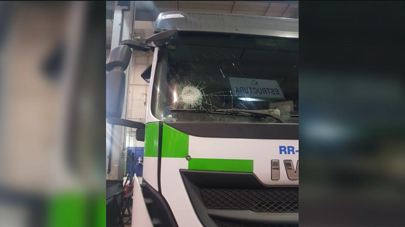 A pedradas contra los camiones de basura en Valdemingómez