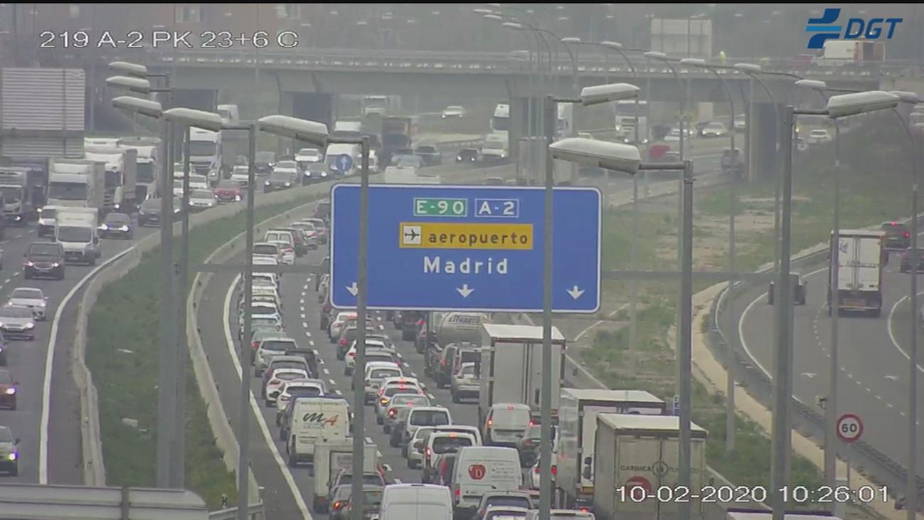 La niebla, varios accidentes y el 'efecto mirón' complican la hora punta del lunes en Madrid