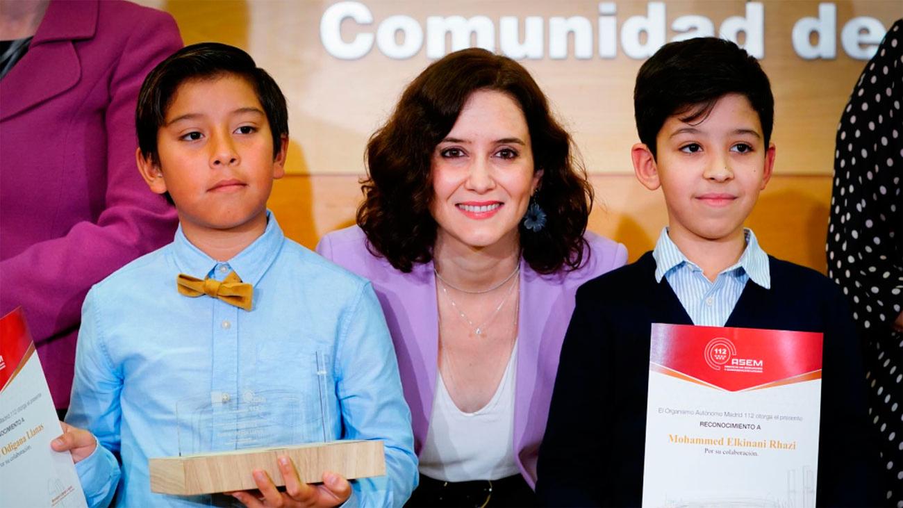 """Dos """"campeones"""" de 11 años reciben premios del 112"""