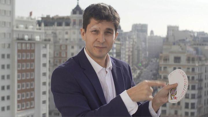 Love is in the air… El mago Jorge Luengo lleva la magia del amor a Telemadrid por San Valentín