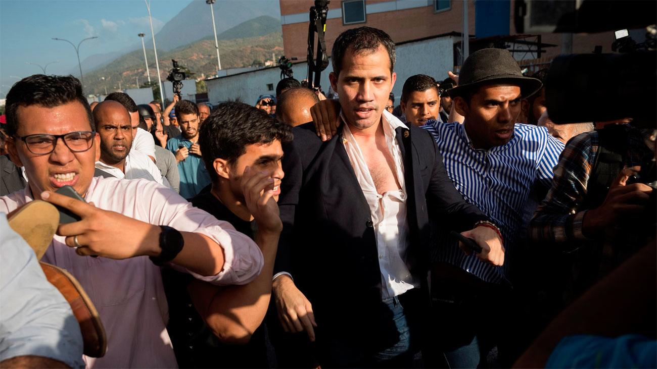 Guaidó es agredido por una muchedumbre chavista al llegar a Caracas