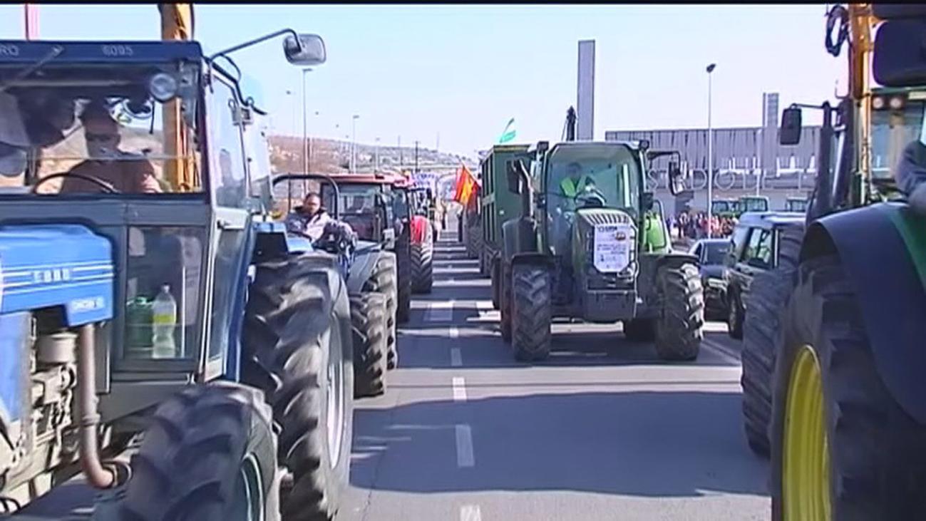 Las tractoradas 'invaden' algunas ciudades mientras el Gobierno planta a las organizaciones agrarias