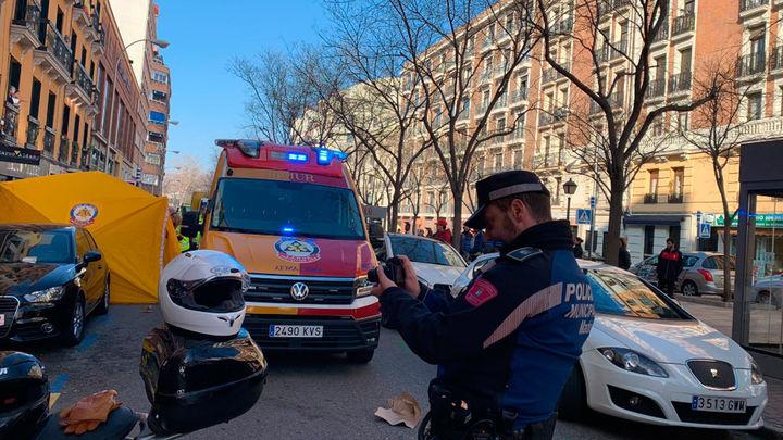 Herida grave una mujer atropellada por una moto en la calle Ibiza