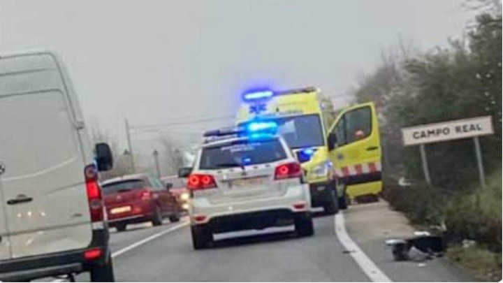 Un motorista acaba debajo de un camión tras un accidente en Campo Real