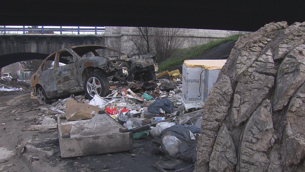 Comienzan a retirar toneladas de basura del gigantesco vertedero del río Guadarrama