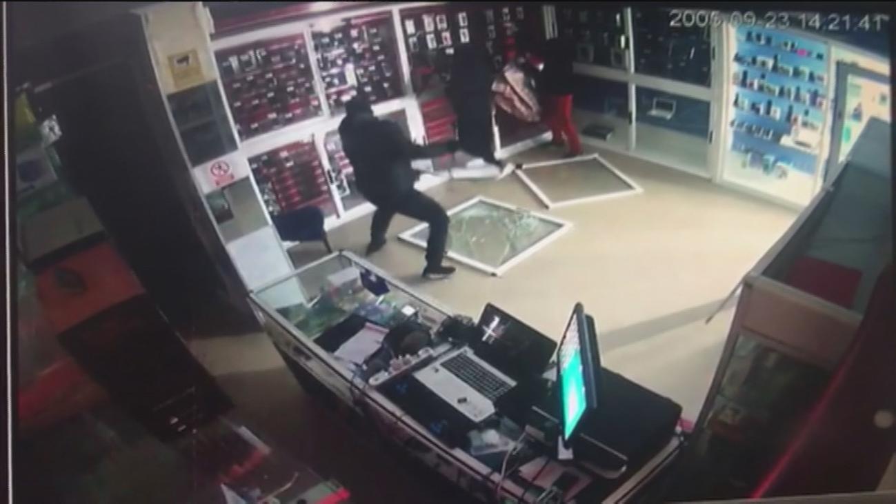 Desvalijan un tienda de móviles en Fuenlabrada próxima a una comisaría de Policía y al ayuntamiento