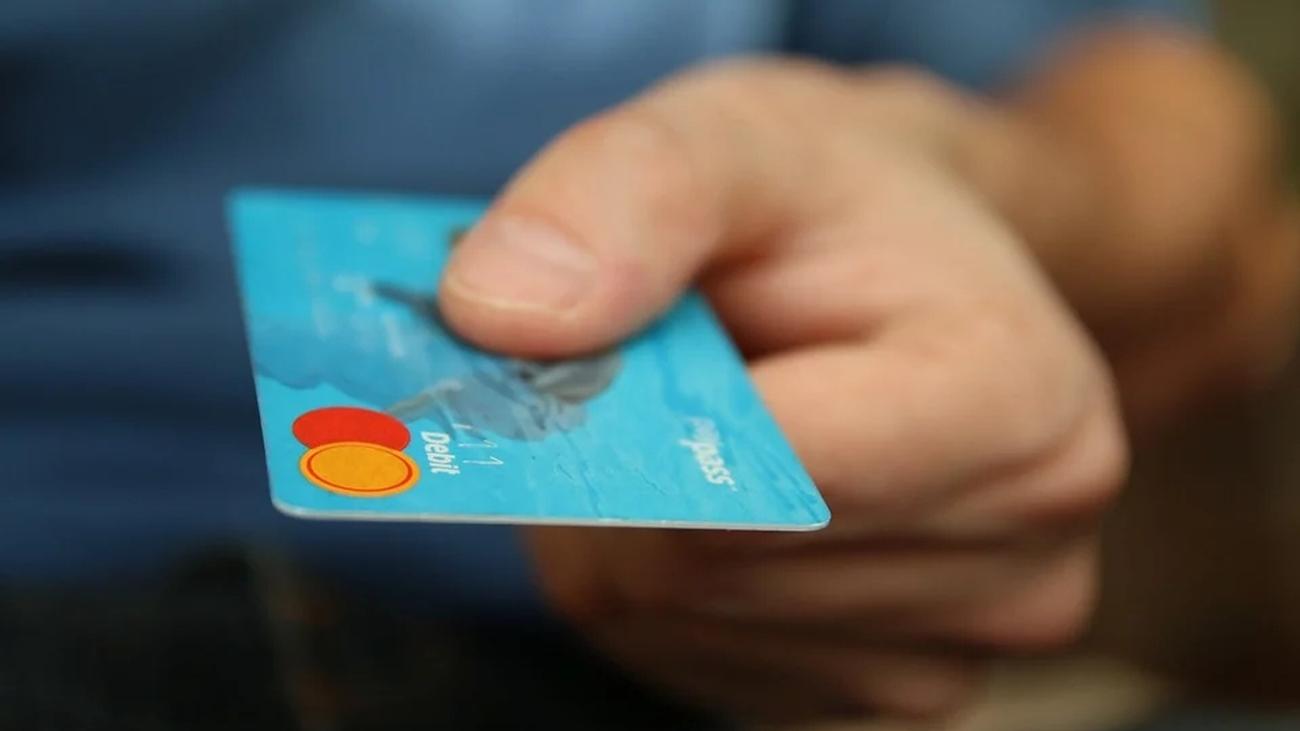 Cada semana comemos el plástico equivalente a una tarjeta de crédito