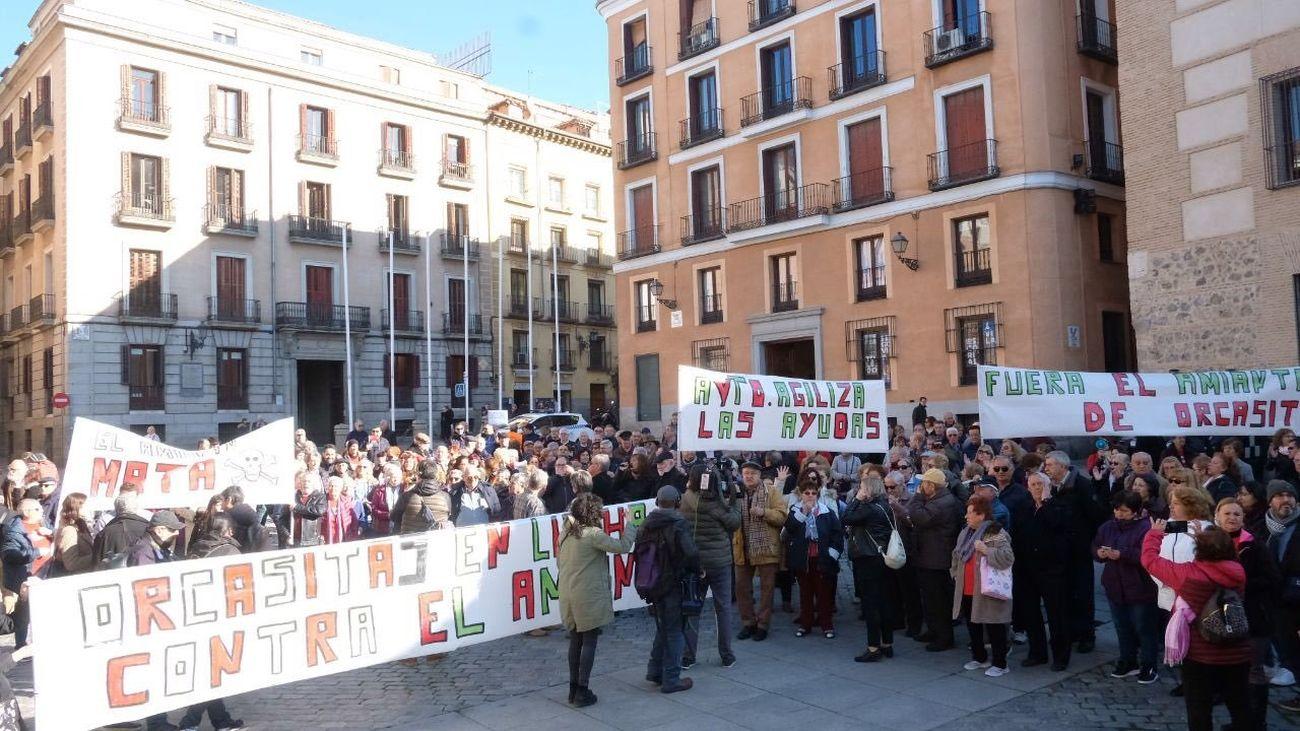 Protesta de los vecinos de Orcasitas en la Plaza de la Villa