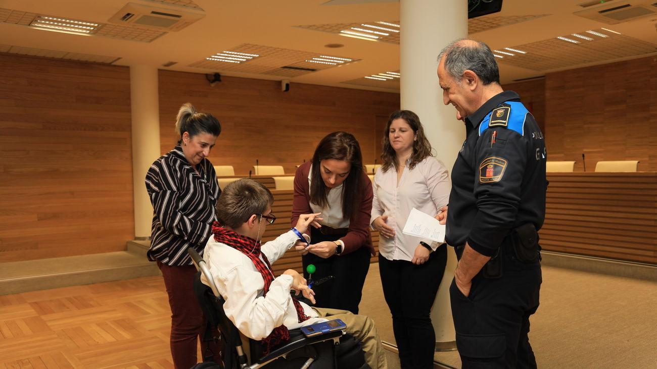 La alcaldesa de Getafe entrega una pulsera a un menor con discapacidad