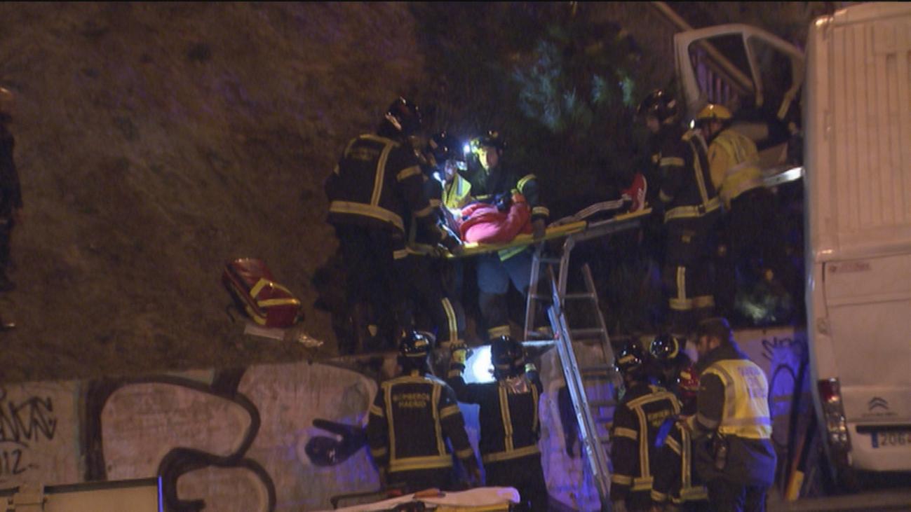 Una furgoneta cae desde una altura de 8 metros en la carretera de Castilla
