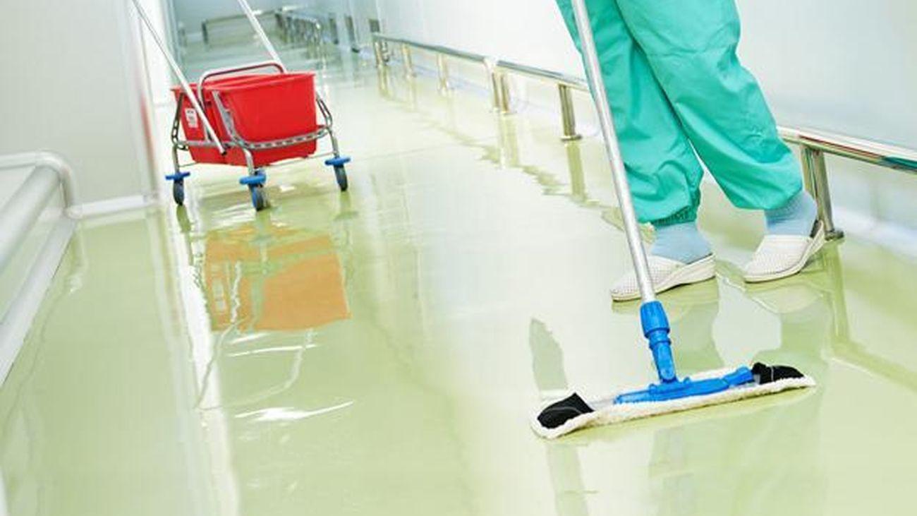 Cuatro limpiadoras del Clínico sancionadas por reclamar material