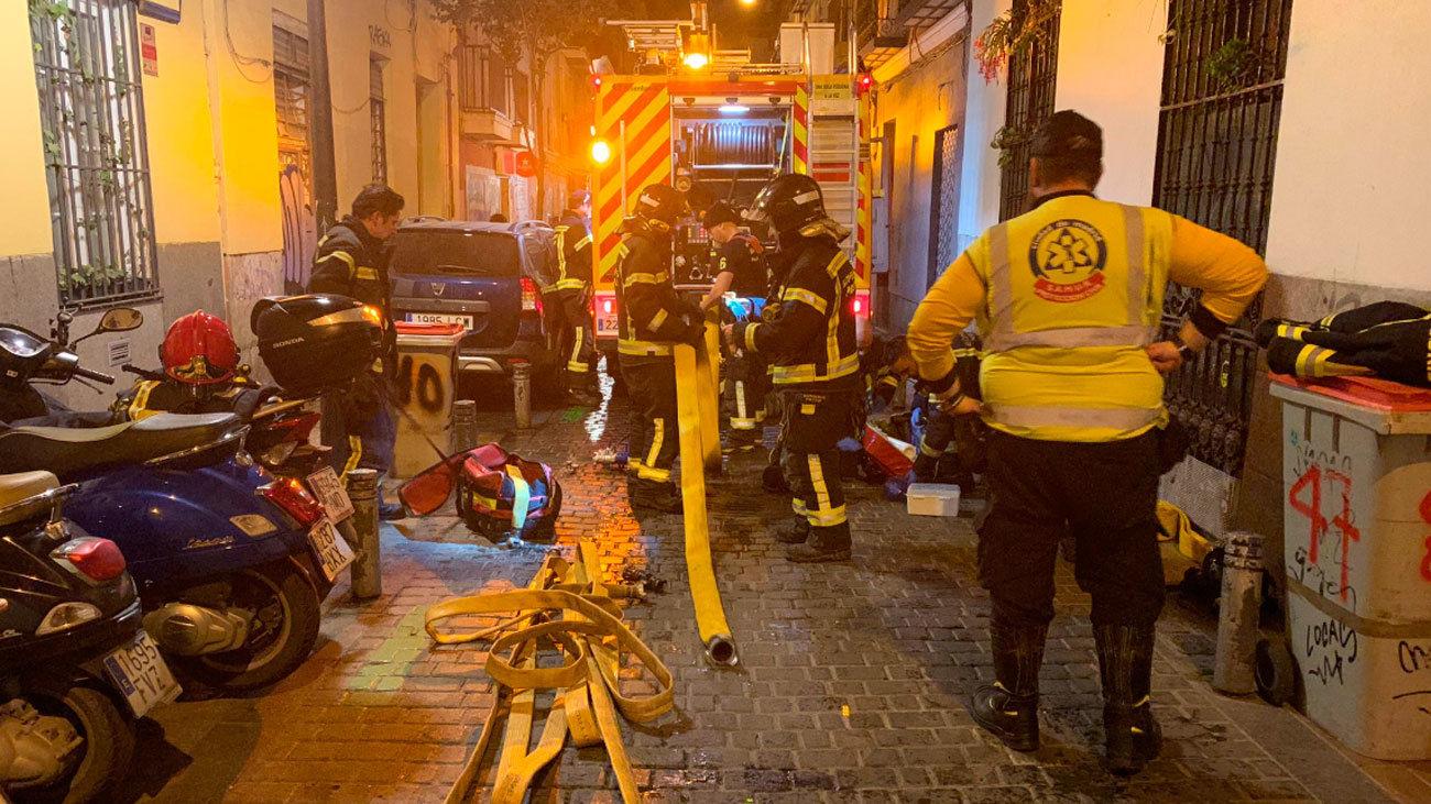 Intervención de los bomberos en la calle Madera