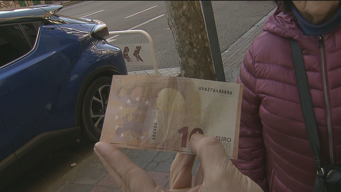 Una pareja denuncia que un cajero les expidió un billete de 10 euros falso