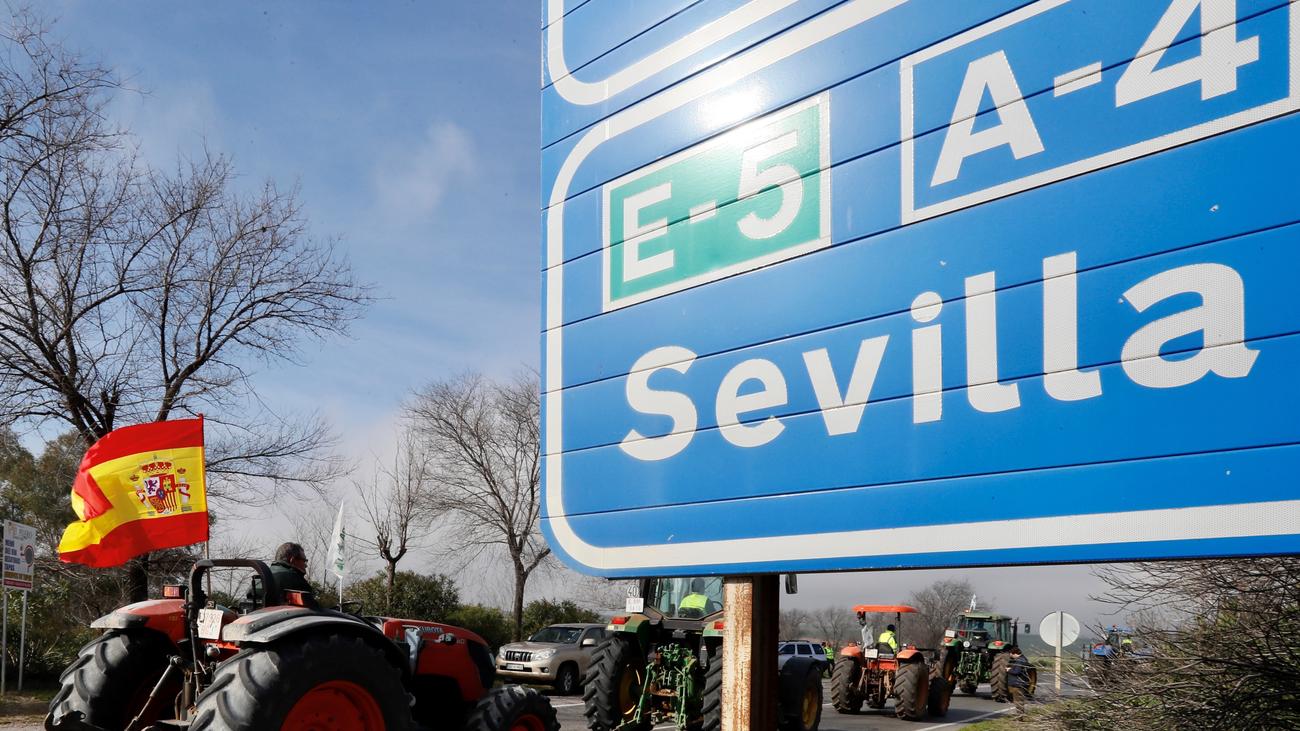 Los agricultores cortan con tractores cuatro de los cinco accesos a Sevilla