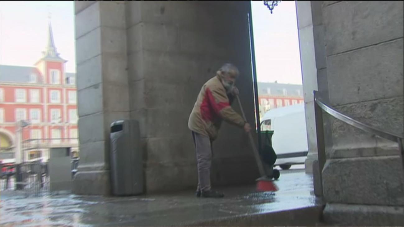 Quejas de los hosteleros por los cerca de 50 indigentes que duermen en la Plaza Mayor