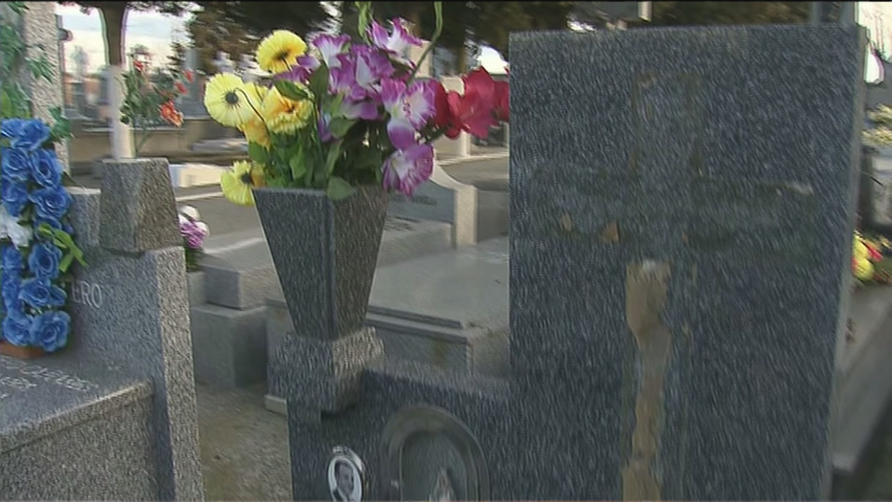 Roban 32 crucifijos en el cementerio de Humanes